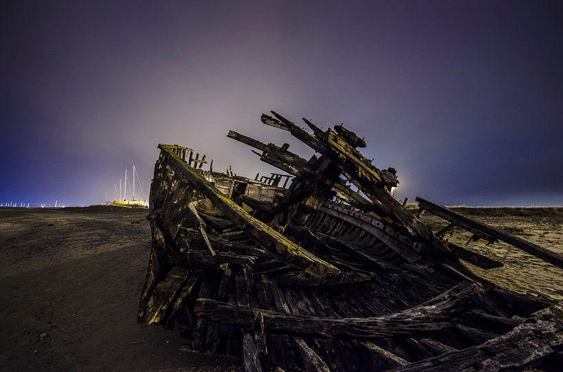Shipwreck by Night van Photography by Karim