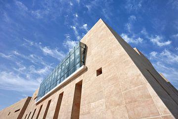 Museum für moderne Kunst vor blauem Himmel von Tony Vingerhoets