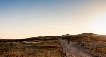 Avondlicht met hardloper in duinen van Percy's fotografie