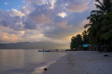 Zonsondergang op tropisch eiland in Panama van Michiel Dros