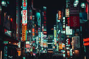Drukke reclameborden in Shinjuku