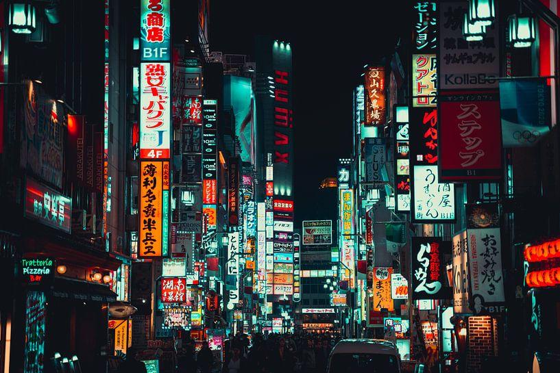 Drukke reclameborden in Shinjuku van Mickéle Godderis