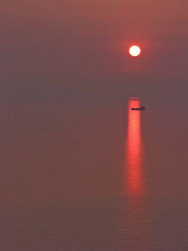 Vrachtboot bij ondergaande zon