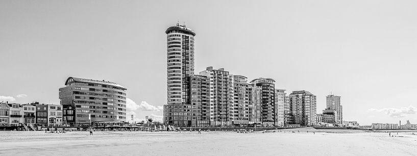 Skyline, boulevard en badstrand van Vlissingen (panorama, zwart-wit) van Fotografie Jeronimo