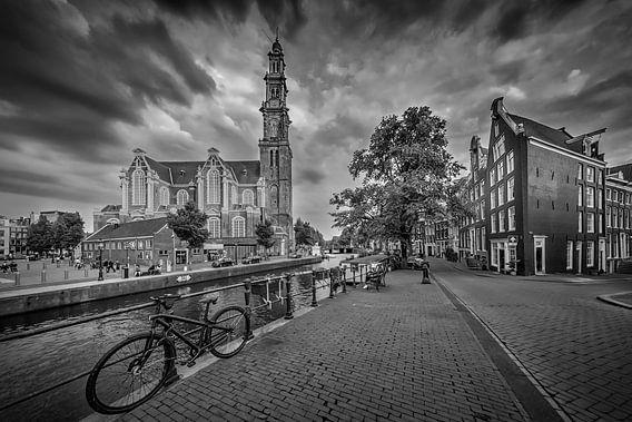 AMSTERDAM Westerkerk en de Prinsengracht   zwart-wit van Melanie Viola