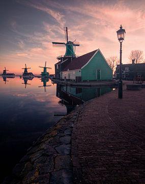 Sonnenaufgang Zaanse Schans von Niels Tichelaar