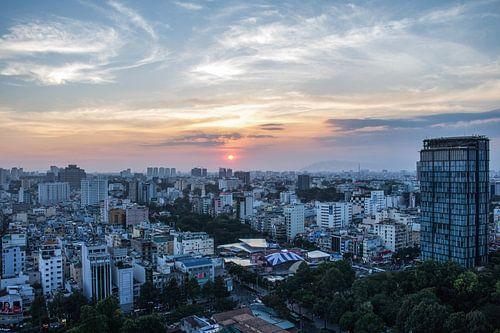 Ho Chi Minh Stad Vietnam bij zonsondergang. van Anne Zwagers