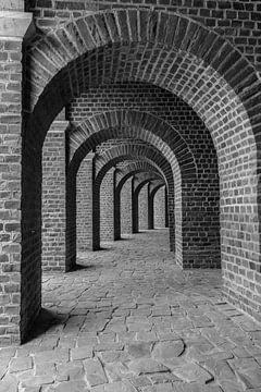 Schöne Arkadenstraße in Schwarz-Weiß von Patrick Verhoef