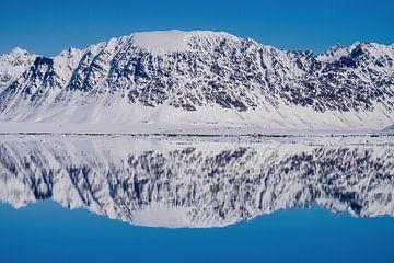 Schneebedeckter Berg mit Spiegelung in einem Fjord Spitzbergen von Merijn Loch