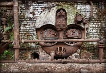 Face métallique dans l'industrie abandonnée sur Marcel van Balken