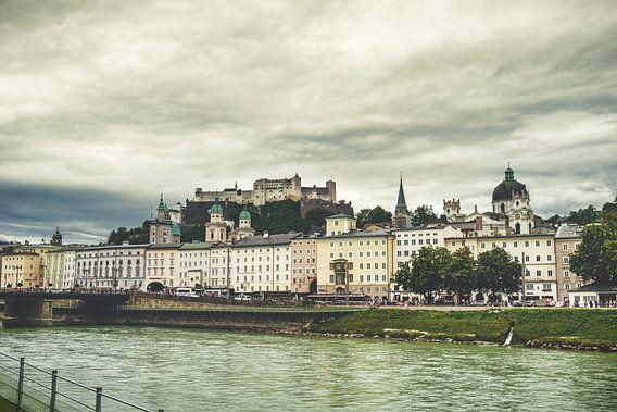Blik op Salzburg met burcht op de achtergrond