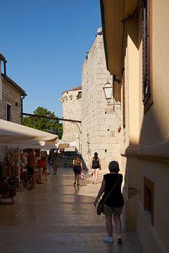 Ruelle historique dans la vieille ville de Krk en Croatie