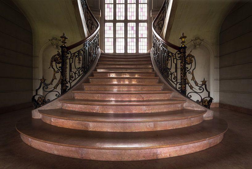 Verlassene Treppe in einem Schloss. von Roman Robroek