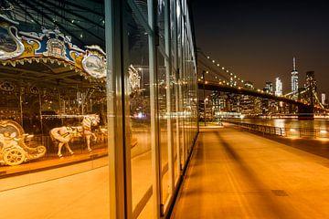 BROOKLYN Jane's Carousel & Manhattan Skyline bei Nacht von Melanie Viola