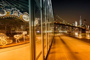 BROOKLYN Jane ' s Carrousel Skyline van Manhattan bij nacht  van Melanie Viola