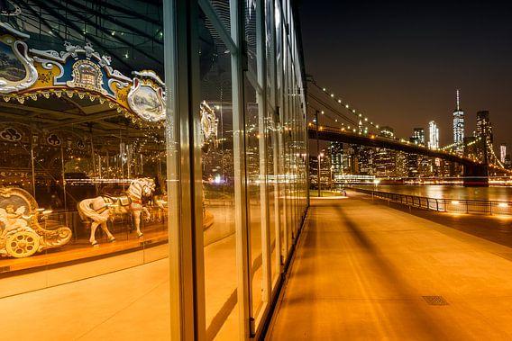 BROOKLYN Jane ' s Carrousel Skyline van Manhattan bij nacht