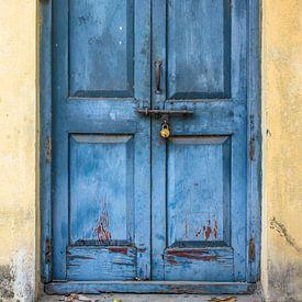 Blauwe deur 3 van Ron van Ewijk