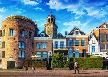 Zicht op Deventer met een Skateboarder op de voorgrond. van Bart Ros