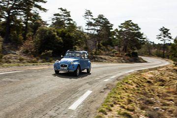 Kreuzfahrt mit einem 2CV in der Provence Frankreich. Wunderbare kurvenreiche Straßen mit herrlicher  von Martijn Bravenboer