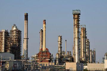 olieraffinaderij in het Rotterdamse havengebied. Onderdeel van de petrochemische industrie. van Robin Verhoef