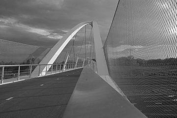 Fahrradbrücke Tegenbosch in schwarz und weiß von tiny brok