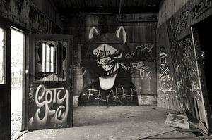 Gothic graffiti urbex schuur zwart wit