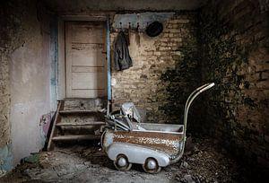 Kinderwagen in verlaten huis