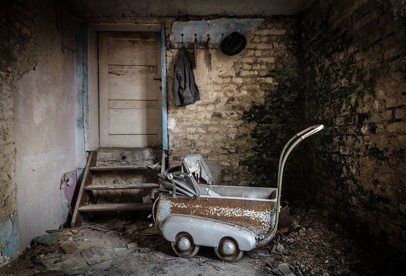 Kinderwagen in verlaten huis van Inge van den Brande