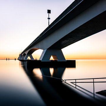 Vue sur le coucher de soleil de Zeelandbrug sur Michel van den Hoven