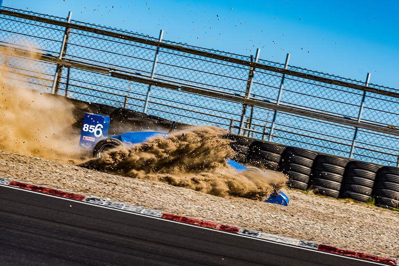 Formule Renault auto duikt de grindbak in van autofotografie nederland
