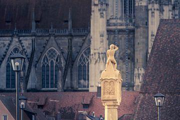 Bruckmandl op de stenen brug in Regensburg met de kathedraal op de achtergrond van Robert Ruidl