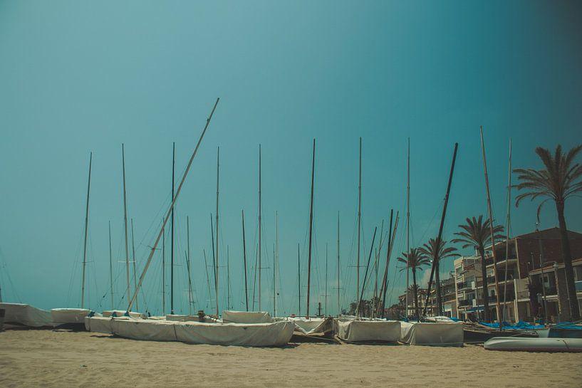 Zeilboten op het strand van Dennis Kluytmans