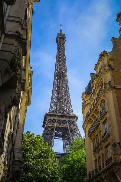 Eifeltoren Parijs vanuit steeg kleur van Martin Albers Photography