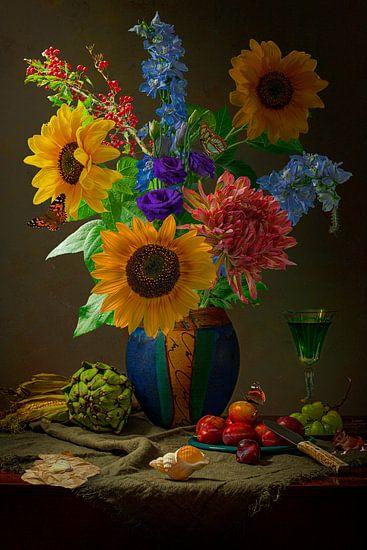 Stilleven Oogsttijd met zonnebloemen en pruimen