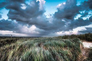 wolken boven het duinlandschap van eric van der eijk