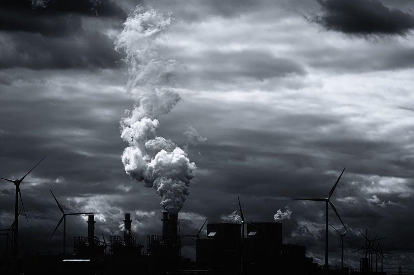 Grimmig zwart wit energie landschap van Jan Brons