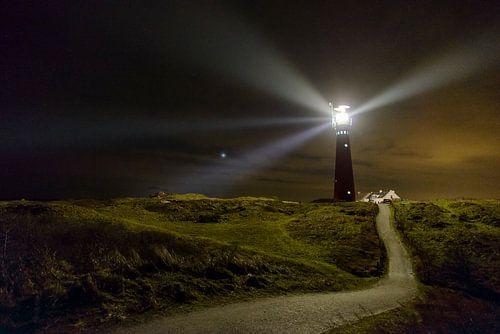 Vuurtoren van Schiermonnikoog in de duinen in de nacht