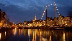 Breedbeeld van Haarlem bij avond met stadslichten