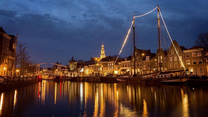 Breedbeeld van Haarlem bij avond met stadslichten van Fleur Halkema