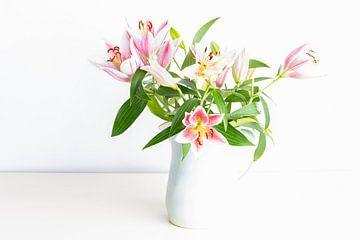 Vaas met roze lelies
