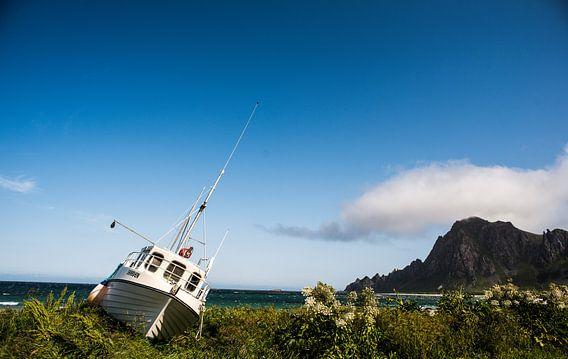 Vissersbootje op het droge op de Lofoten, Noorwegen, fotoprint