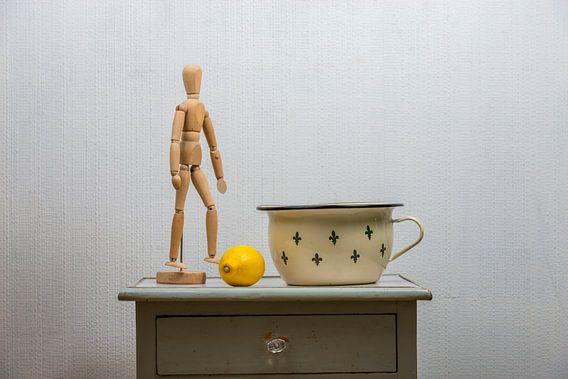 Stilleven met ledenpop, citroen en emaille bak. van Don Fonzarelli