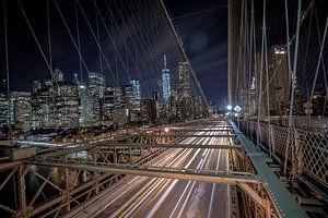 Brücke bei Brooklyn, New York, bei Nacht mit langer Verschlusszeit