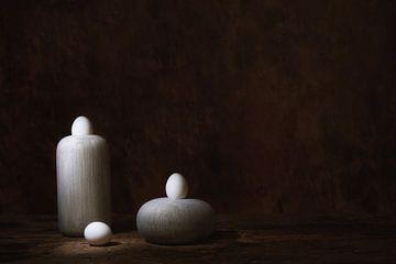 Minimalistic Still life with white eggs. Lange sluitertijd. van Saskia Dingemans