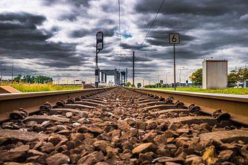 Spoorwegrails met wolkenpartij van Fred Leeflang