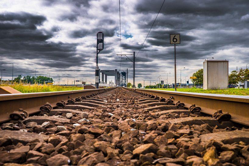 Eisenbahnschienen mit Wolken von Fred Leeflang