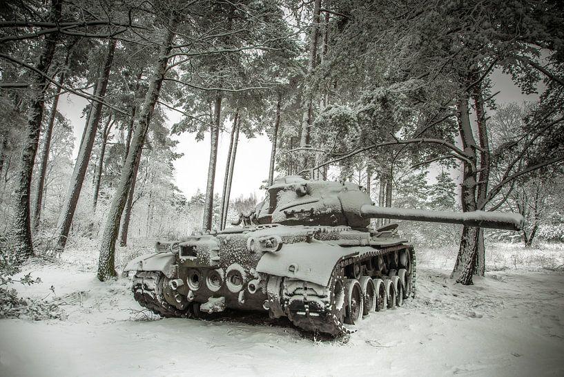 Tank in de sneeuw #4 van Olivier Van Cauwelaert