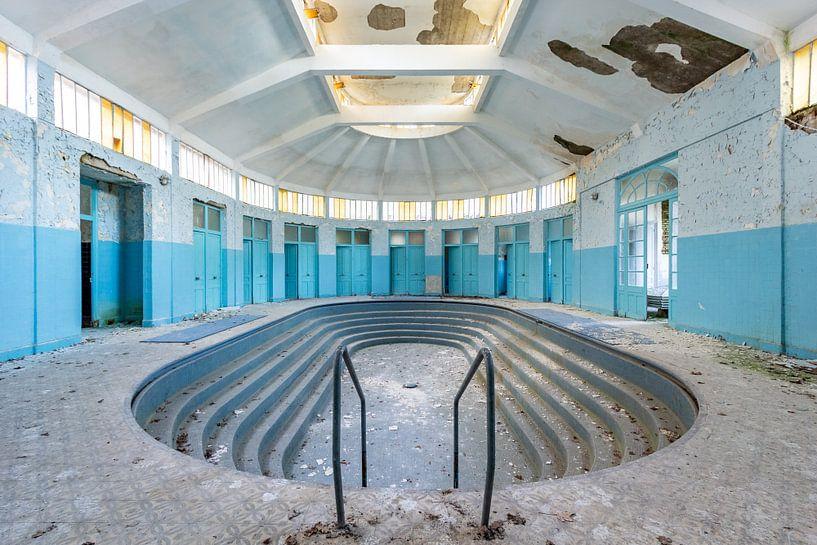 Verlaten zwembad van William Linders