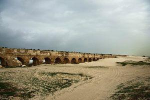 Les ruines d'un ancien aqueduc romain sont recouvertes de sable à Césarée (Israël), sous un ciel d'h