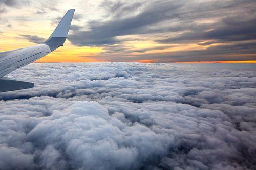 Vliegtuig vleugel bij zonsondergang van Inge van den Brande